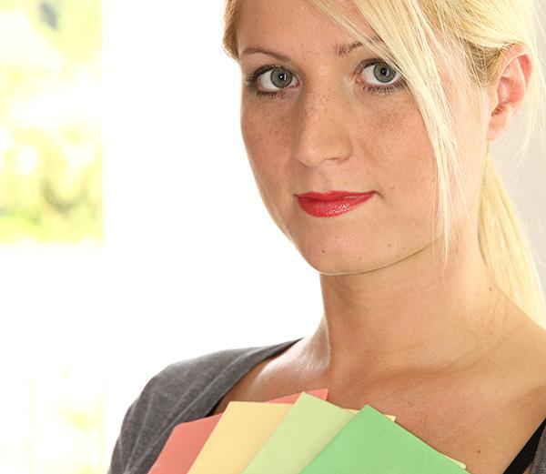 Welche Farben stehen Ihnen? Hier ein Beispiel einer jungen blonden Frau mit ihren passenden Farben..